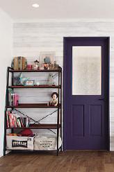ドア色のネイビーがアクセントに。無垢の床にピリッとクールな印象でお部屋を引き締めてくれます。